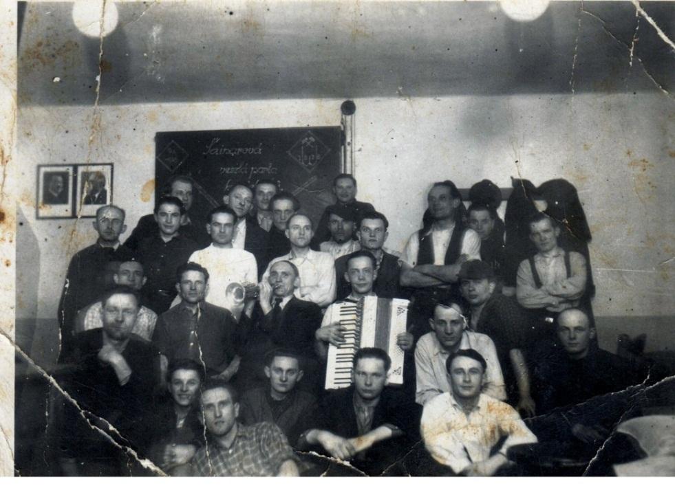 Michalec Oldřich /s harmonikou/ se svými přáteli