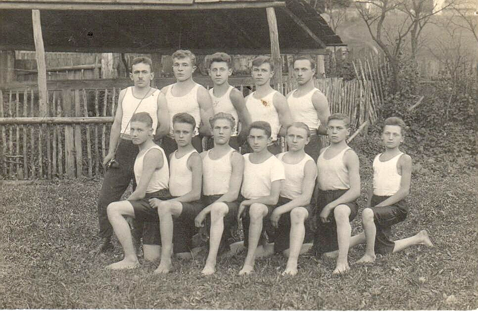 Stojí zleva: František Michalec, Alois Němec Klečí zleva: 3. Arnošt Bílek, 5. Mojmír Němec
